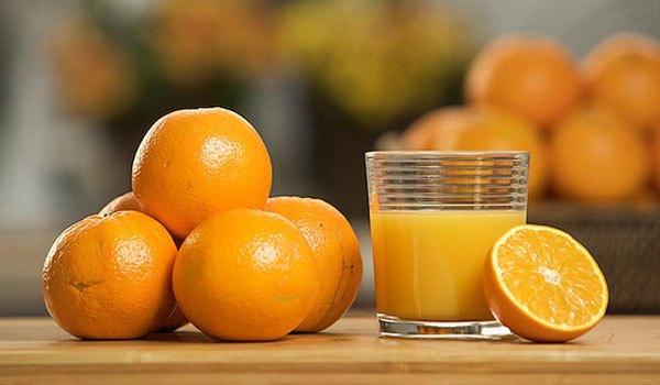 Έριξε χυμό πορτοκαλιού μέσα σε νερό που βράζει