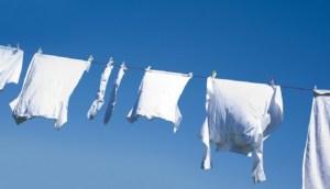 Θέλετε τα ρούχα σας vα δείχνουν πάντα κάτασπρα σαν καινούρια; Έτσι θα τα λευκάνετε με φυσικό τρόπο!