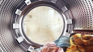 Δείτε τι θα συμβεί αν βάλετε μια ασπιρίνη στο πλυντήριο ρούχων