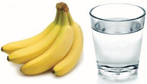 Τρώει μια μπανάνα κάθε πρωί και πίνει ένα ποτήρι ζεστό νερό! Θα το δοκιμάσετε σίγουρα…