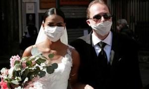 Γάμος αλά ιταλικά στην εποχή του κορονοϊού -Το φιλί που έγινε viral (pics)