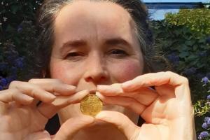 Βαριόταν στην καραντίνα και βρήκε στον κήπο της χρυσό νόμισμα 500 ετών (Photos)
