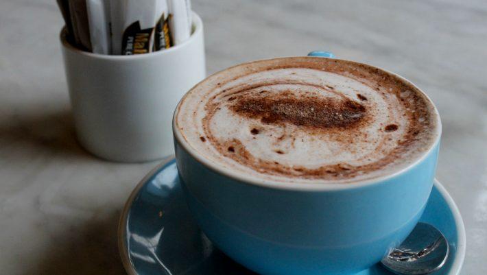 Tα χρήσιμα tips που θα κάνουν τον καφέ σου πιο υγιεινό