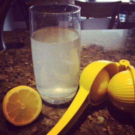 Ο οργανισμός απορροφάει το νερό πιο αποτελεσματικά το πρωί,
