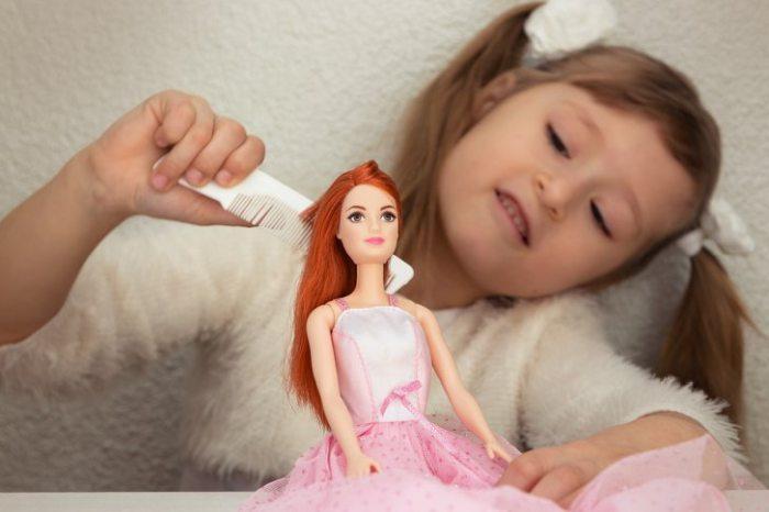 Ξεμπλέξτε τα μαλλιά της κούκλας