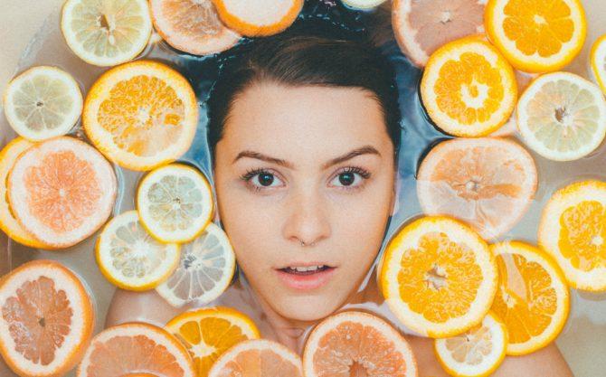 Read more about the article Πώς το νερό με λεμόνι προσφέρει μια υγιή επιδερμίδα