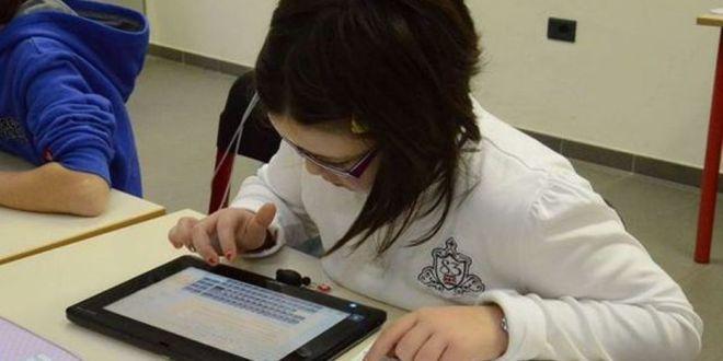 A scuola manca anche la carta igienica, ma il tablet c'è!