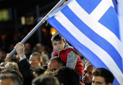 A child sitting on his father's shoulders attends a campaign rally by opposition leader and head of radical leftist Syriza party Alexis Tsipras in Heraklion, on the island of Crete, January 23, 2015. REUTERS/Giorgos Papanikolaou (GREECE - Tags: POLITICS ELECTIONS)