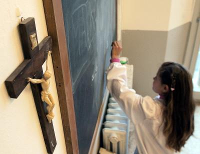 20091103 - ROMA-POL - CHIESA: CORTE STRASBURGO, NO A CROCEFISSI NELLE CLASSI. Un crocifisso appeso alla parete di una aula in una scuola. La presenza dei crocefissi nelle aule scolastiche costituisce ''una violazione dei genitori ad educare i figli secondo le loro convinzioni'' e una violazione alla ''liberta' di religione degli alunni''. E' quanto ha stabilito oggi la Corte europea dei diritti dell'uomo di Strasburgo nella sentenza su un ricorso presentato da una cittadina italiana. ARCHIVIO /ANSA/ ARCHIVIO / ji