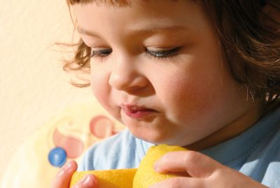Bambini impossibili a tavola: il rifiuto dei cibi nuovi