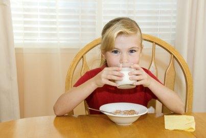 Cosa fare se il bimbo non vuole mangiare a colazione