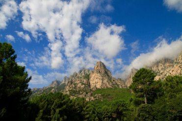 Trotz Nebensaison ist es am Col de Bavella rammelvoll.