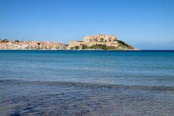 Korsika ist eine Insel der Postkarten-Blicke. Wir verbringen einen faulen Strandtag in Calvi.