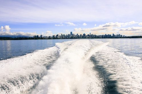Bugwellen unsere Whalewatching Bootes vor Vancouver, British Columbia