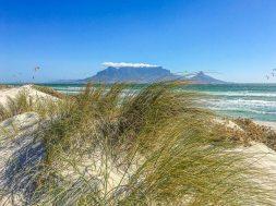 Sicht auf den Tafelberg vom Table View Strand