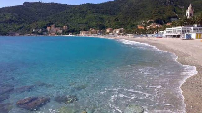 This image has an empty alt attribute; its file name is alassio-beach.jpg