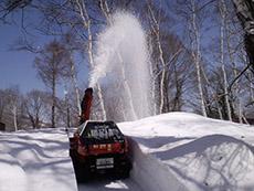 敷地内のあちこちで大活躍の除雪機