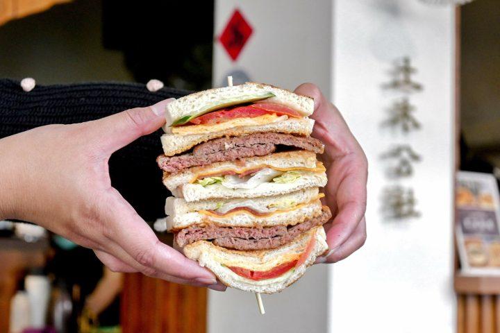 【台中美食】土木公社碳烤土司 復興店:台中人氣最高排隊名店,單手握不住! @女子的休假計劃