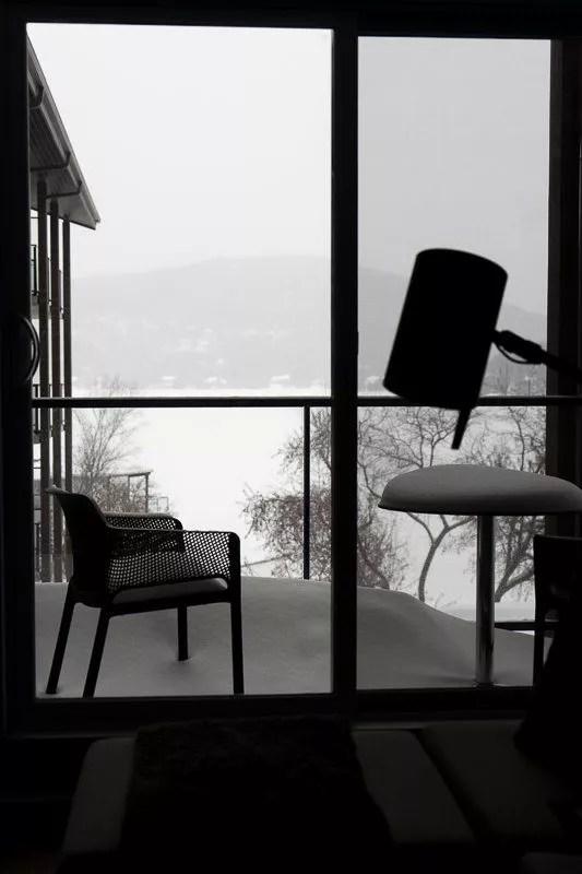 Chambre avec vue sur le lac gelé de l'hôtel Resort Entourage sur-le-lac en hiver à Lac-Beauport proche de la ville de Québec