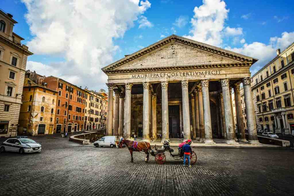 A horse and buggy just chilling in front of the Pantheon.