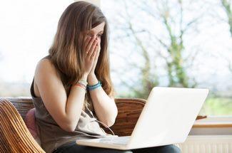 femme ayant perdue ses données sur son ordinateur
