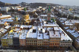 Het stadscentrum van Lviv, gezien vanaf de toren van het stadhuis. De Centraal-Europese invloed is onmiskenbaar aanwezig (foto: Dion Glastra, 2015)