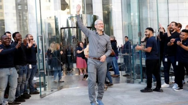 Tim Cook Becomes A Billionaire