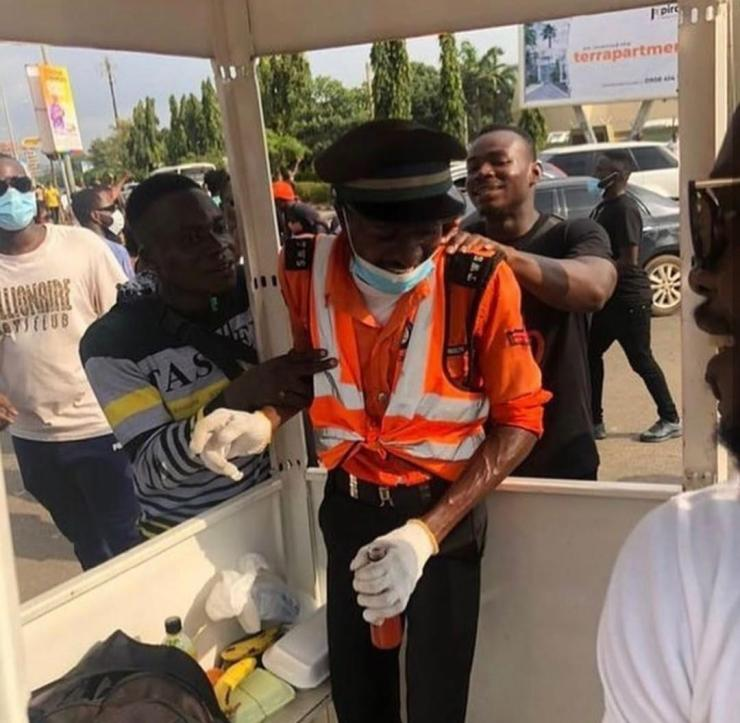 Traffic warden in tears as Abuja protesters shower him with food, drinks and cash to appreciate his good work (Photos/Video)