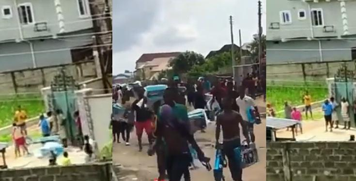 #EndSars: Hoodlums cart away gas cookers from a warehouse in Lagos (Video)