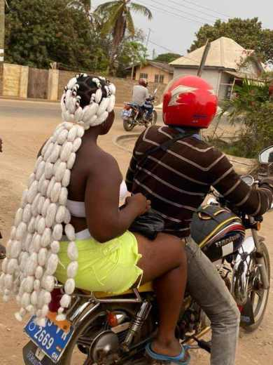 Mixed reactions as lady's bizarre hairstyle surfaces online (Photo)