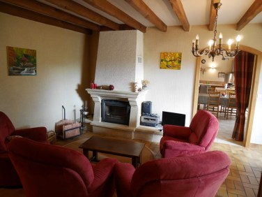 Le coin salon cosy avec sa cheminée. Les bûches sont prêtes !