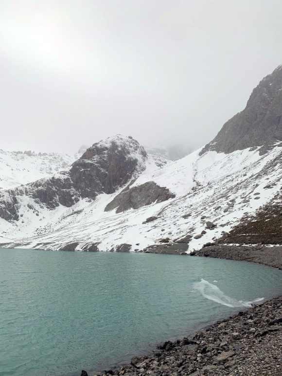 vista laterale della superficie del lac des beraudes