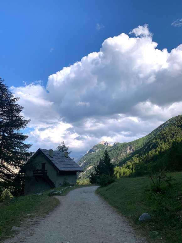 sentiero della valle stretta con casa di mattoni