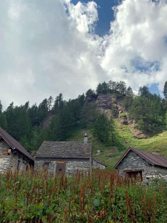 case di pietra nei pressi di Alpe Misanco
