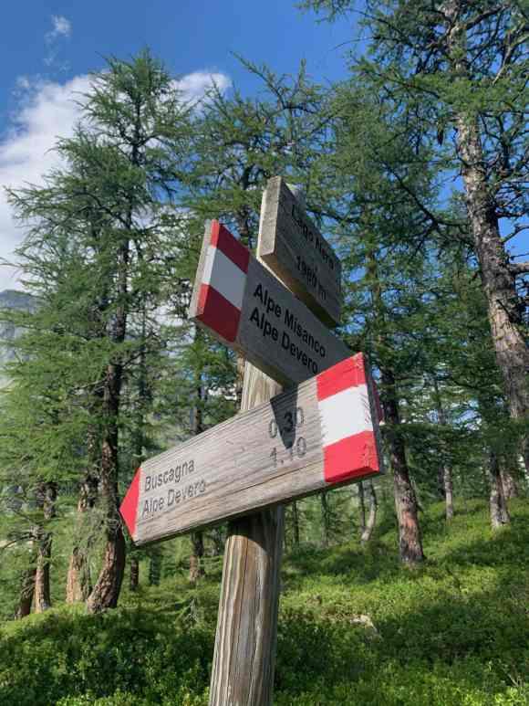 indicazioni dei sentieri in alpe devero