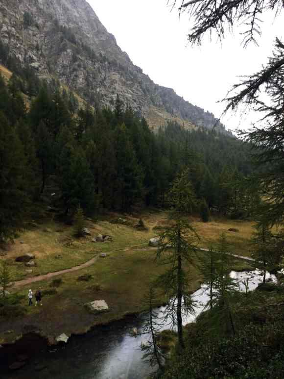 sentiero in Alpe Devero che conduce a val Devero vicino al lago delle streghe