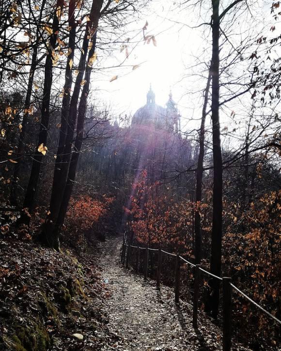 Vista della basilica di superga dal sentiero del parco naturale.