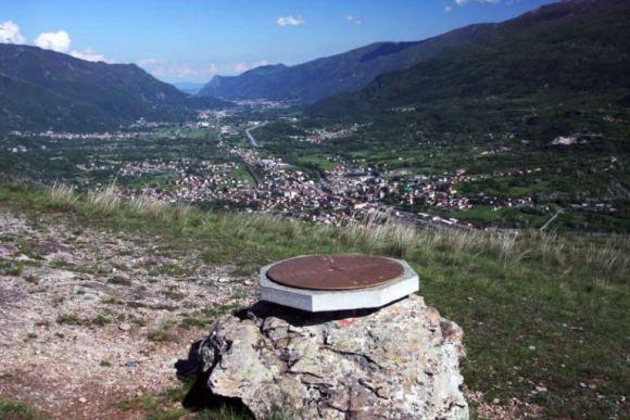mappa di pietra con indicazione sulle vette vicino a Bussoleno