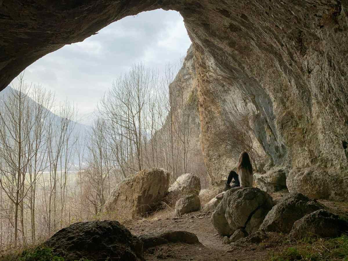 l'interno del sentiero per le grotte di aisone