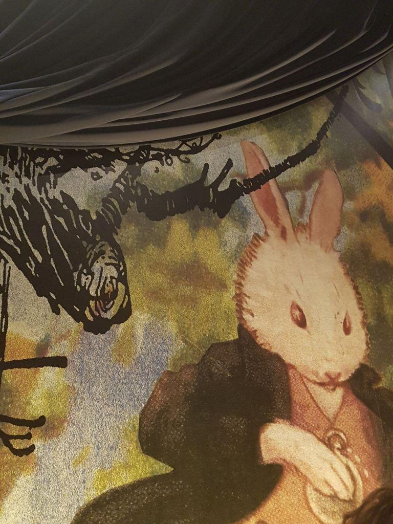 Bianconiglio all'Alice in a Fantasy Book