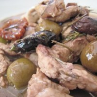 Straccetti di tacchino con olive e pomodori secchi