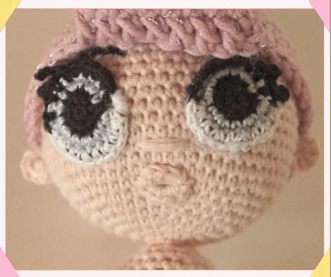 Bocca all'uncinetto sulla piccola bambola.