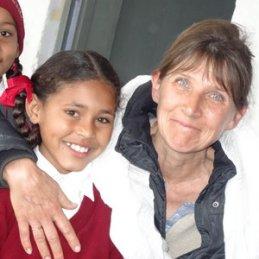 Unsere Mitarbeiterin Anne mit Dorfschulmädchen