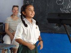 """Ein Mädchen präsentiert einen """"nursery rhyme"""""""