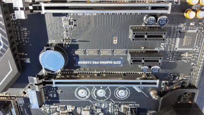 Estos pequeños chips multiplexadores ASM1480 se ocupan de repartir las líneas PCIe entre gráficas y unidades M.2.