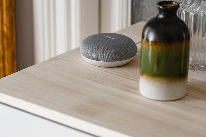 Google Home Mini es la versión más pequeña y compacta, perfecta para todas las habitaciones de la casa