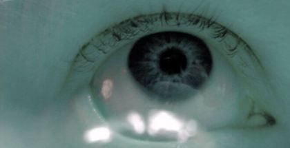 Un optometrista ha creado unas lentillas biónicas que no solo corrigen la visión de una persona sino que la mejoran más allá de los límites humanos.