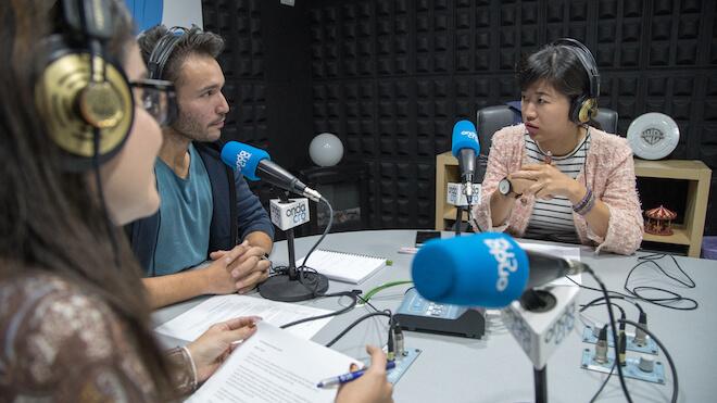 Jia Wei junto a Esperanza Hernández (GizTab) y César Salza (PRNoticias)