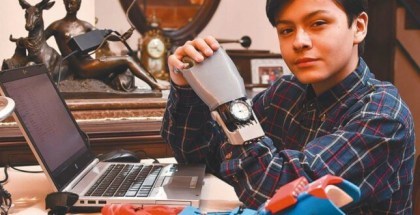 Conoce la historia de este niño boliviano que fabricó su propia mano robótica