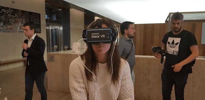 Chica con gafas VR de realidad virtual de Samsung